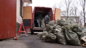 грузчики вывозят строительный мусор